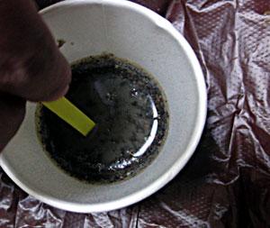 ph試験紙で畑の酸度を測る